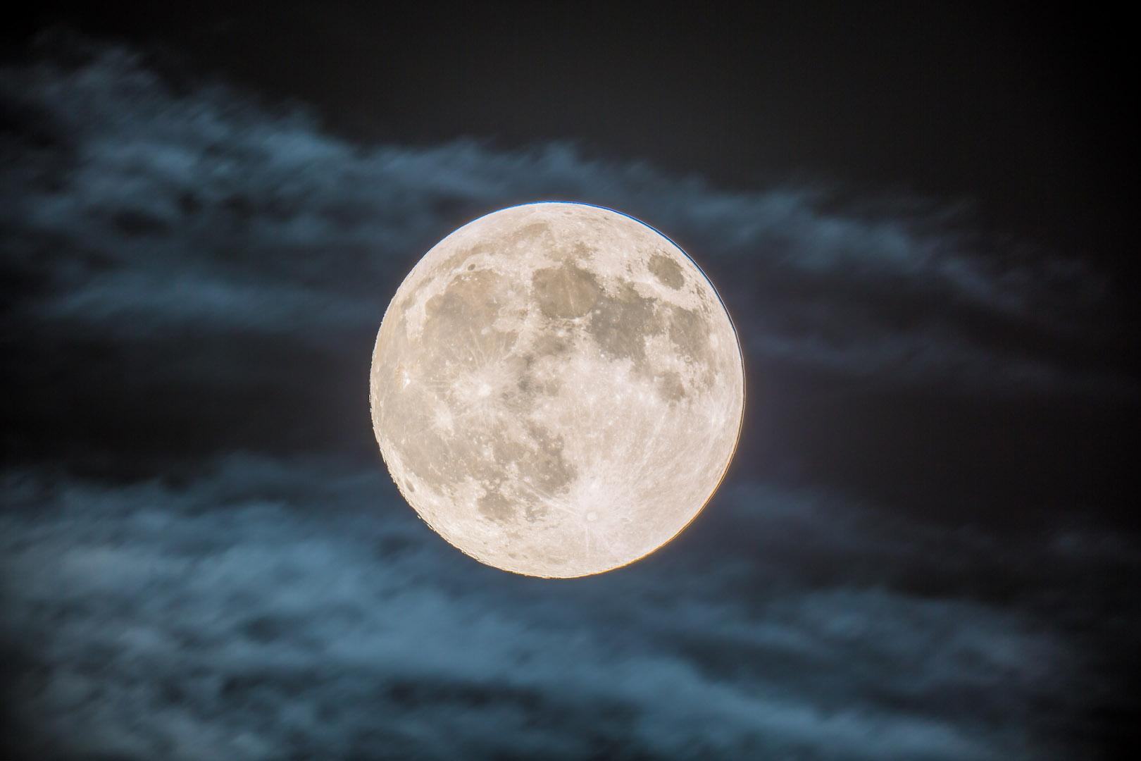 雲間に浮かぶ、中秋の名月
