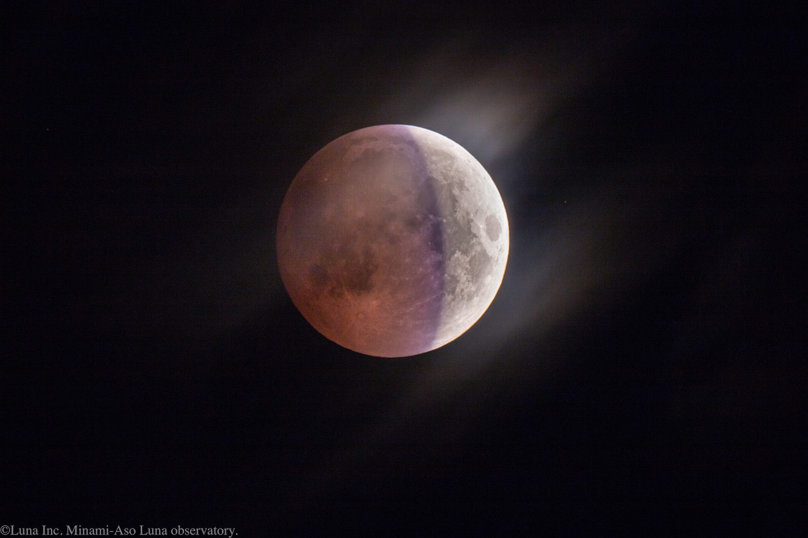 ちょうど中心付近の特徴的な青紫色は、地球のオゾン層の透過光が月面に当たって見えているのです。